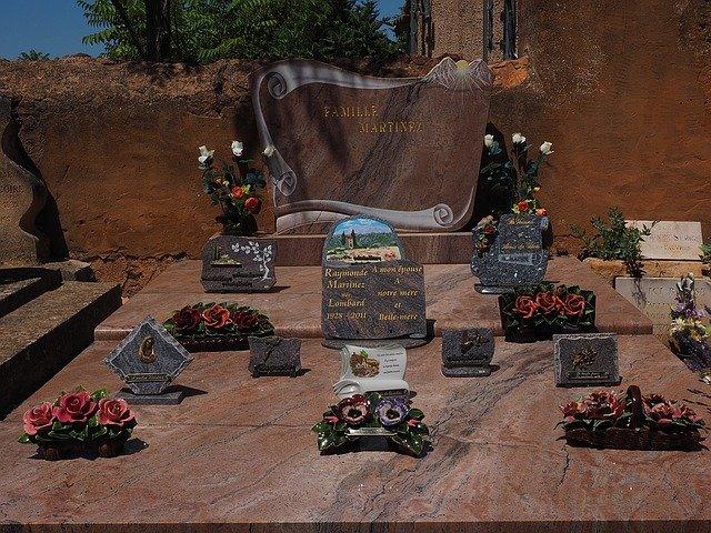 Plaque funéraire: un hommage pour le disparu