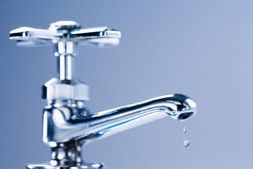 Comment réparer un robinet à joint qui fuit ?
